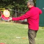 Holger zeigt: Frisbee für Rückenkranke :)